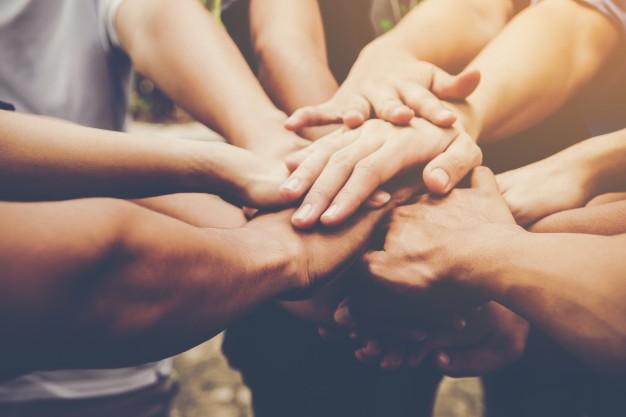 trabajo-en-equipo-de-negocios-se-unen-concepto-de-trabajo-en-equipo-empresarial_1150-1804